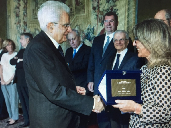 President of the Italian Republic Sergio Mattarella and Alessandra Colcelli Gasperini holding the award plaque