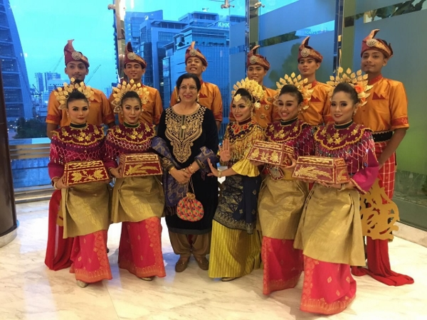 IIW Vice Pres Kapila at SAR performer troupe form Malaysia Tourism